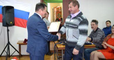 Депутат А.Г. Осипов вручил устьпристанцам награды на торжественной сессии райсовета