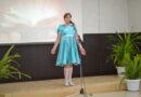 Ульяна Петрова выступает в День России на конкурсе в районном Доме культуры